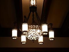 二階から階段を照らすシャンデリア