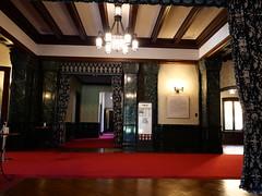 一階の玄関広間を大客室から見る