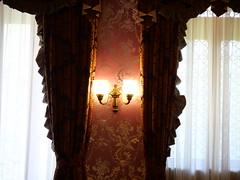 夫人室の壁ランプとフリルのカーテン