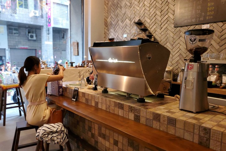 50350593418 90cc65cab4 c - 僻靜巷弄裡的低調咖啡館,謐所的咖啡甜點表現都不錯,型男老闆手作逗趣陶藝品也很逗趣喔!