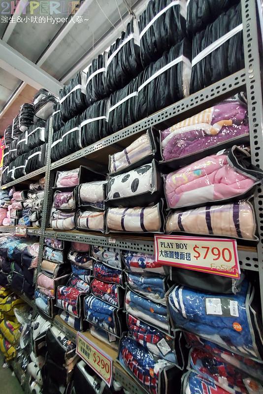 50805583168 e10942da84 c - 熱血採訪│寒流來襲!想買暖暖的棉被嗎?千坪工廠開倉,人潮不少, 東西快堆到天花板!