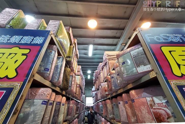 50806330331 e5b167213a c - 熱血採訪│寒流來襲!想買暖暖的棉被嗎?千坪工廠開倉,人潮不少, 東西快堆到天花板!