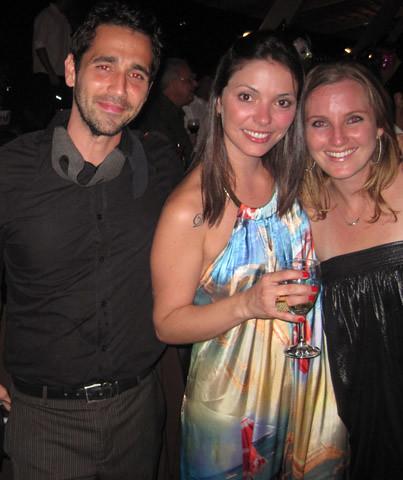 O fotógrafo Daniel Moreira e a namorada, REnata Maluf, com Roberta Hentschke