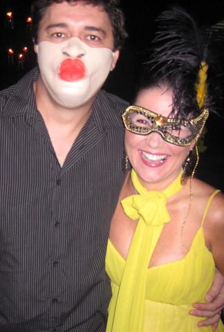 Murilo Roque, com a máscara mais engraçada, e Alessandra Nogueira