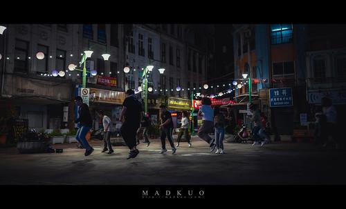 前幾天看他們還在練舞,隔個兩天路過此地已被封起來了,台北的街道真是瞬息萬變。