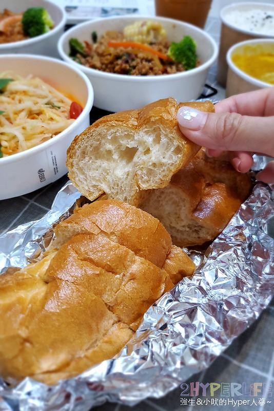 51220338355 c2bc7ba4cc c - 中國醫週邊南洋美食,理越南洋餐館打拋豬份量多、涼拌青木瓜爽口好吃!