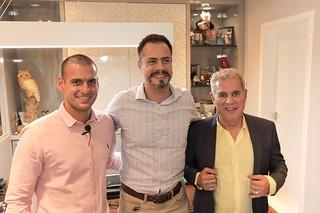 Tales Vilar, vice-presidente global, Altair Vilar ladeiam o diretor de negócios corporativos do  Grupo Raia Drogasil, Luiz Felipe Bay
