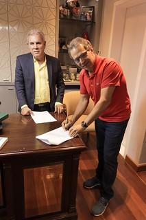 Eugênio De Zagottis, Vice-presidente do Grupo RD, e Altair Vilar, Presidente do Grupo Cartão de TODOS, assinam o contrato de parceria, na sede do grupo em Ipatinga (MG)1