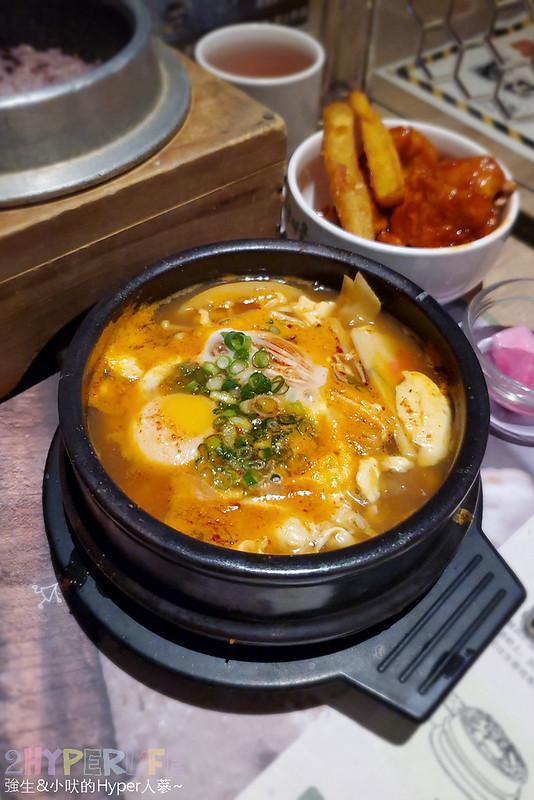 51495623794 6c2291d479 c - 豆腐村│六種小菜無限續,再搭分享餐可以吃很飽!來大遠百逛街想覓食的韓式好選擇~