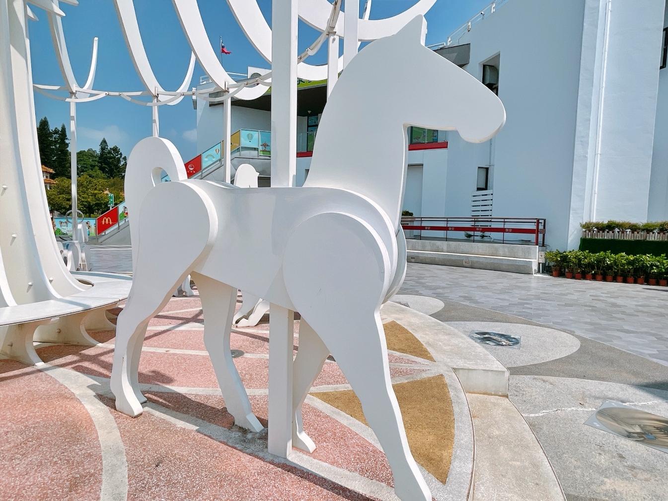 [台中景點]夢幻白色旋轉木馬&積木城堡星巴克~泰安服務區免費景點.新亮點 @VIVIYU小世界