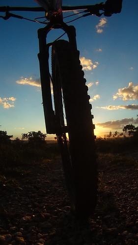 Mountain bike e pôr do sol