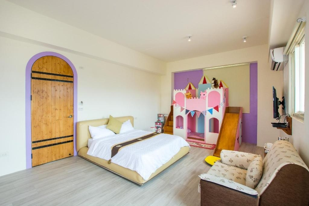 colorful wooden horse homestay 3