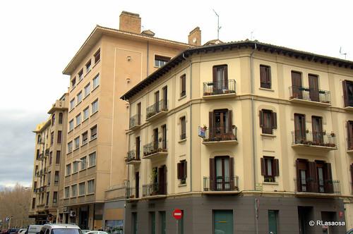 Edificios de viviendas en la confluencia de la calle Amaya y la calle Leire
