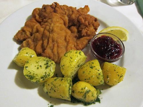 Wiener Schnitzel mit Petersilkartoffel und Preiselbeeren