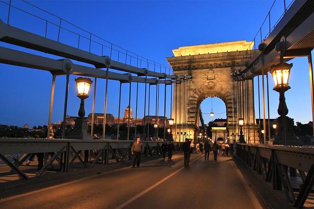 Pont à chaînes en soirée, Budapest, Hongrie