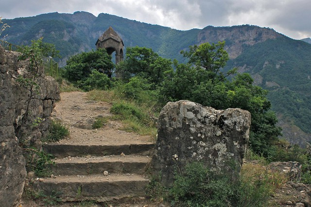 Vers le rocher de la mariée, Tatev, Arménie
