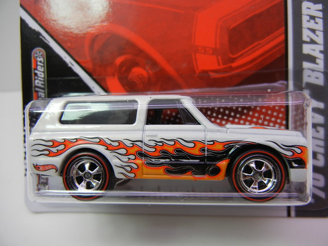 2011 HOT WHEELS GARAGE 30 CAR SET '70 CHEVY BLAZER (2)