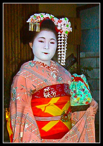 Maiko Harukyo con ozashiki-kago verde