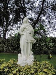 Escultura de la Virgen Maria en Cementerio Cam...