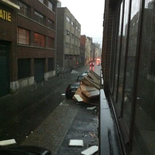 Fake muur in de straat neergekomen in de storm