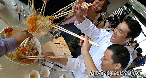 Shin Yeh chefs joined in too for the lo hei