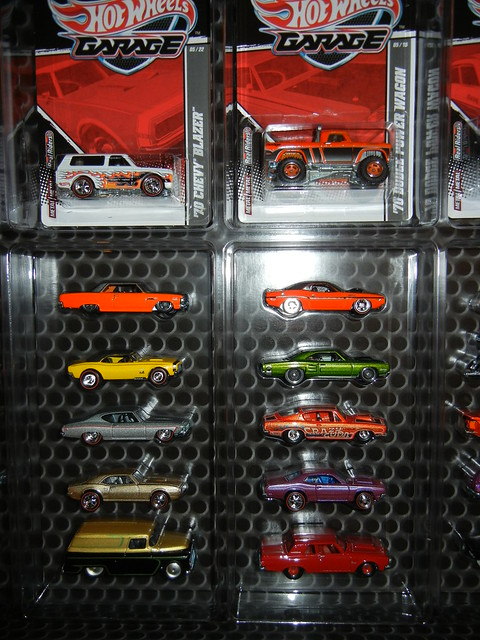 2011 HOT WHEELS GARAGE 30 CAR SET (7)