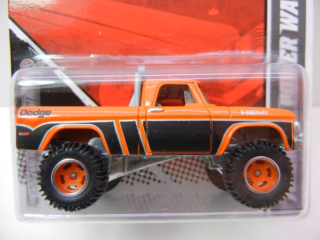 2011 HOT WHEELS GARAGE 30 CAR SET '70 DODGE POWER WAGON (2)