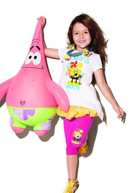 這件小女生穿好可愛啊,下擺有特殊設計,搭配七分褲很好看!