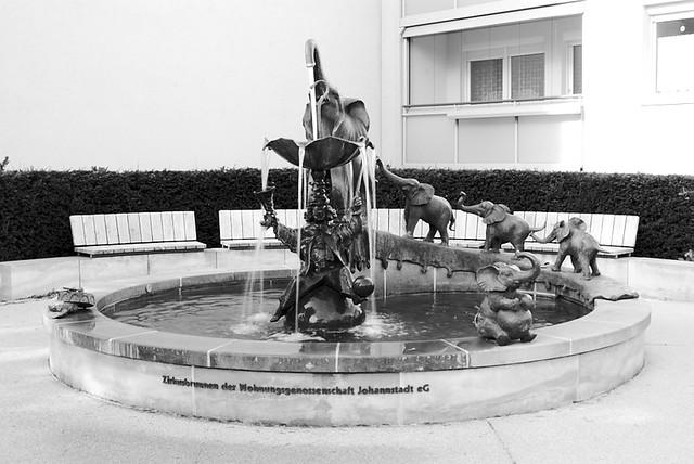 Sarassani Circus der 5000 Gedenkbrunnen