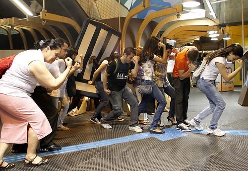 Tebowing na saída do Metrô Paraíso! by Dê Preferência à Vida, on Flickr