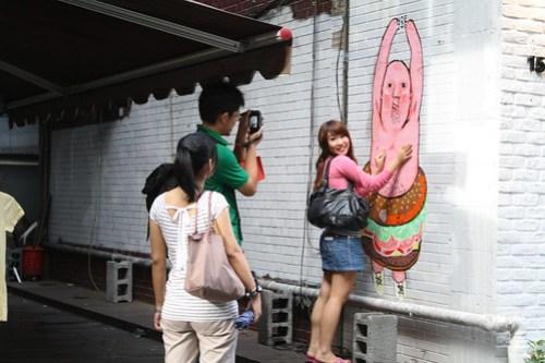 [台湾2.5] 珍遊記のようなイラストの父を揉む女子