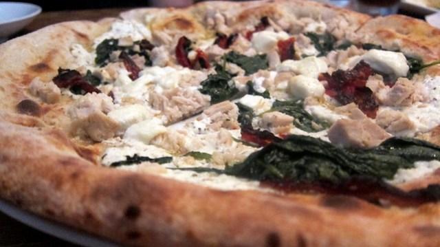 chicken pizza at cibo e beve