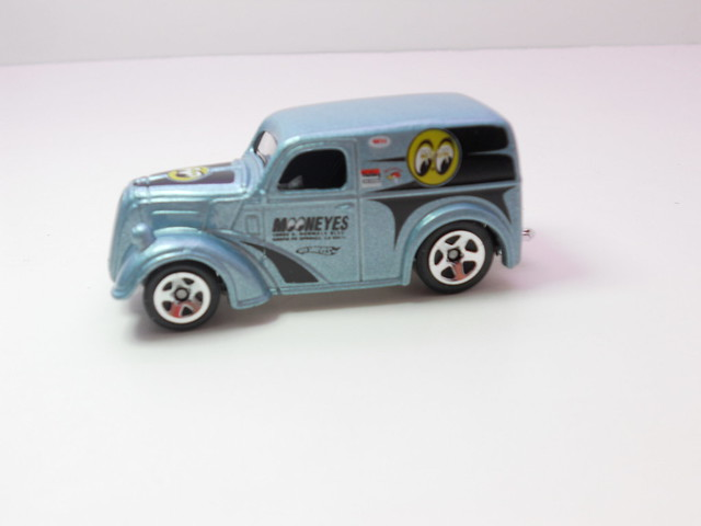 hot wheels ford anglia panel truck blue (2)