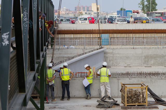 Intentando colocar la primera viga bajo la pasarela de peatones - 24-08-11