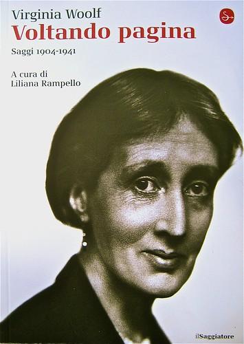 Virginia Woolf, Voltando pagina. Saggi 1904-1941. ilSaggiatore 2011;  [responsabilità grafiche non indicate]; alla cop.: ©Hulton-Deutsch Collection/Corbis. Copertina (part.) , 1