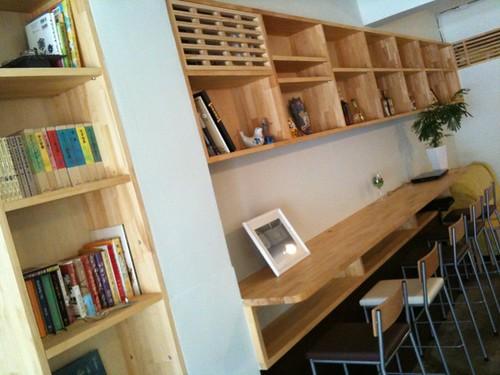 8月にできたカフェでランチ。木の新しい香りがする。