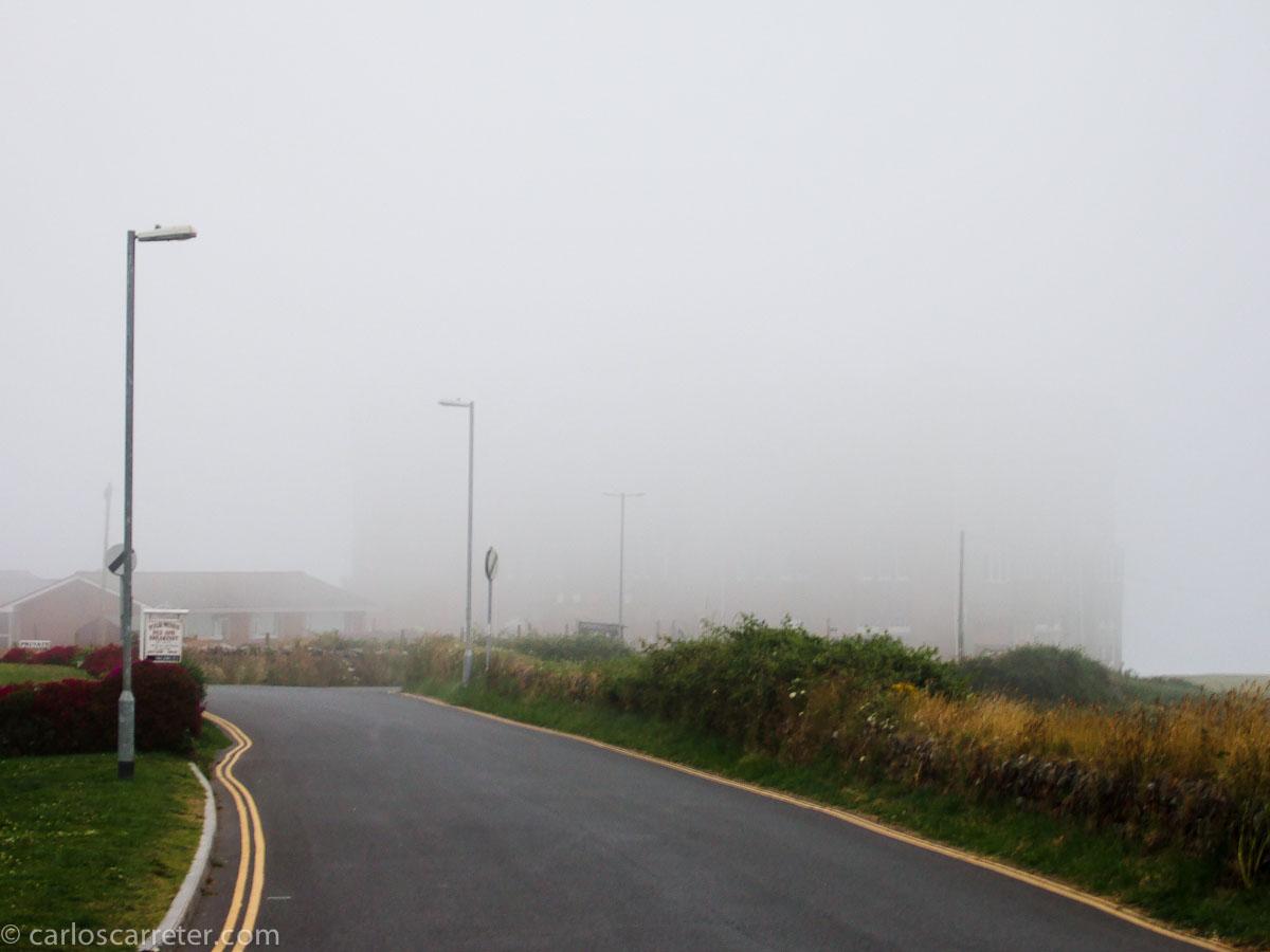Tintagel (población no visible por la niebla)