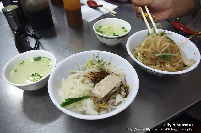 乾粄條都附上一碗清湯,醬料要自己攪拌均勻。