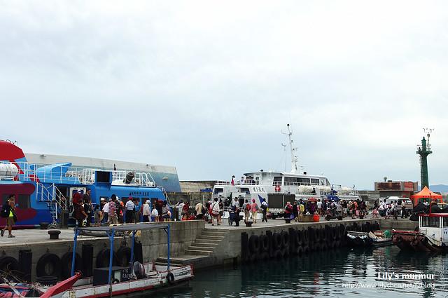 從綠島回來的船班有兩班,船上的旅客魚貫的下船走出碼頭。