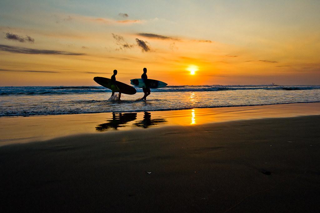 J99 / Scène de vie : Surfeurs sur le couchant