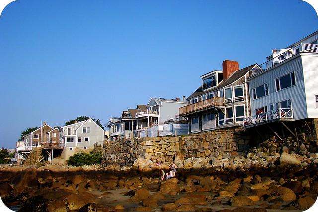 Petites maisons sur le bord de l'Océan à marée basse