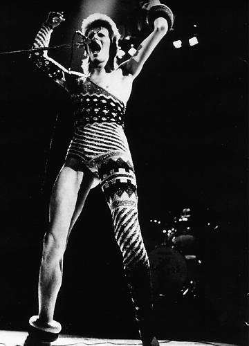 Bowie in knitted one-arm one-sleeve outfit Ziggy