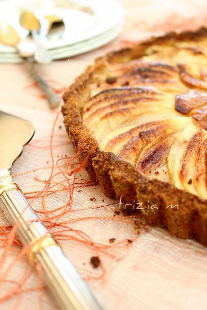 Crostata di frolla alle nocciole e biscotti con mele caramellate allo zenzero e cannella