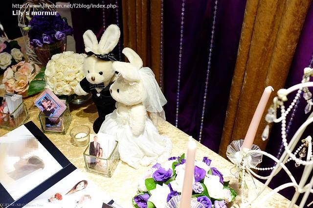 從另外一個角度拍相片桌,質感很好,桌花是紫色桔梗配奶油玫瑰,很是相襯。