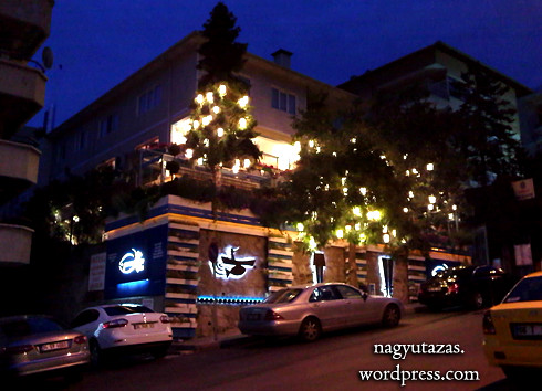 Lámpásokkal díszített török étterem