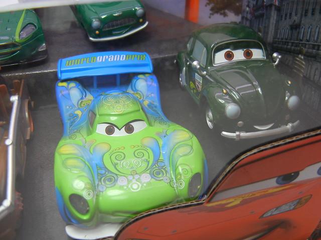 disney store cars 2 world grand prix racer & crew chief diecast set (6)