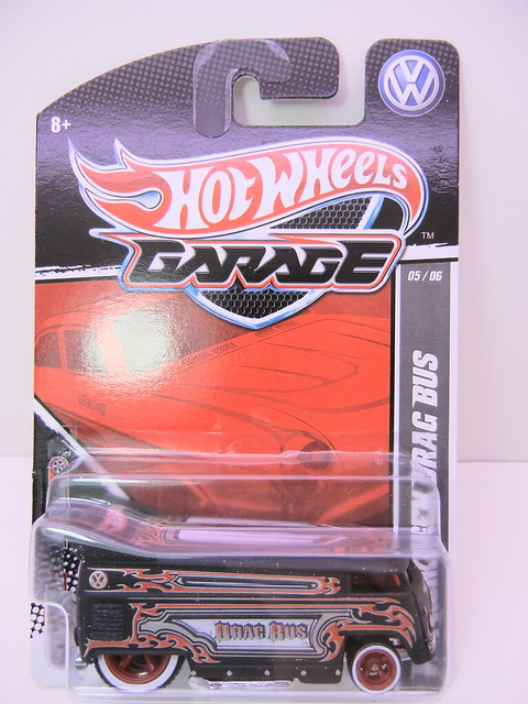 2011 HOT WHEELS GARAGE 30 CAR SET VOLKSWAGEN DRAG BUS (1)