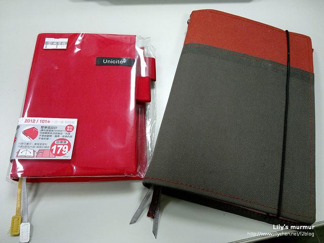 左邊是買回來的珠友50K一日一頁日誌,右邊是我目前在用的KOKUYO工作筆記本。