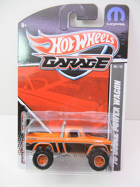 2011 HOT WHEELS GARAGE 30 CAR SET '70 DODGE POWER WAGON (1)