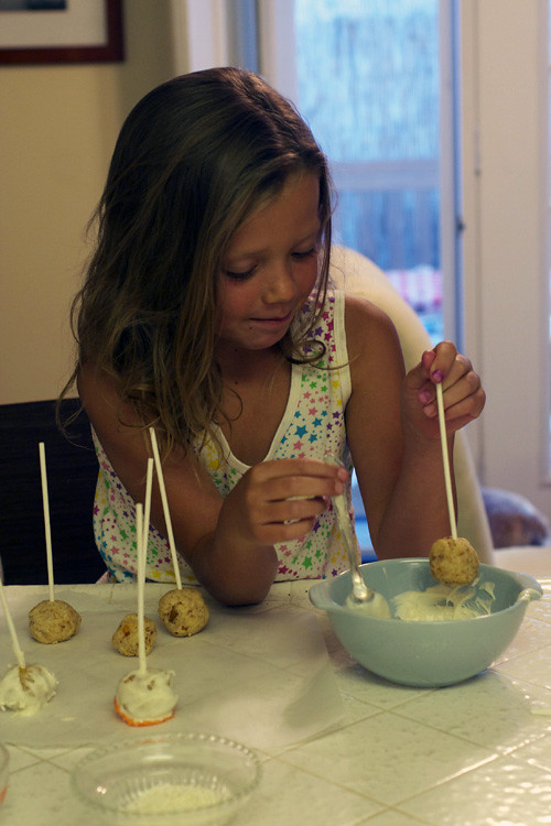 Olivia dipping cake pop